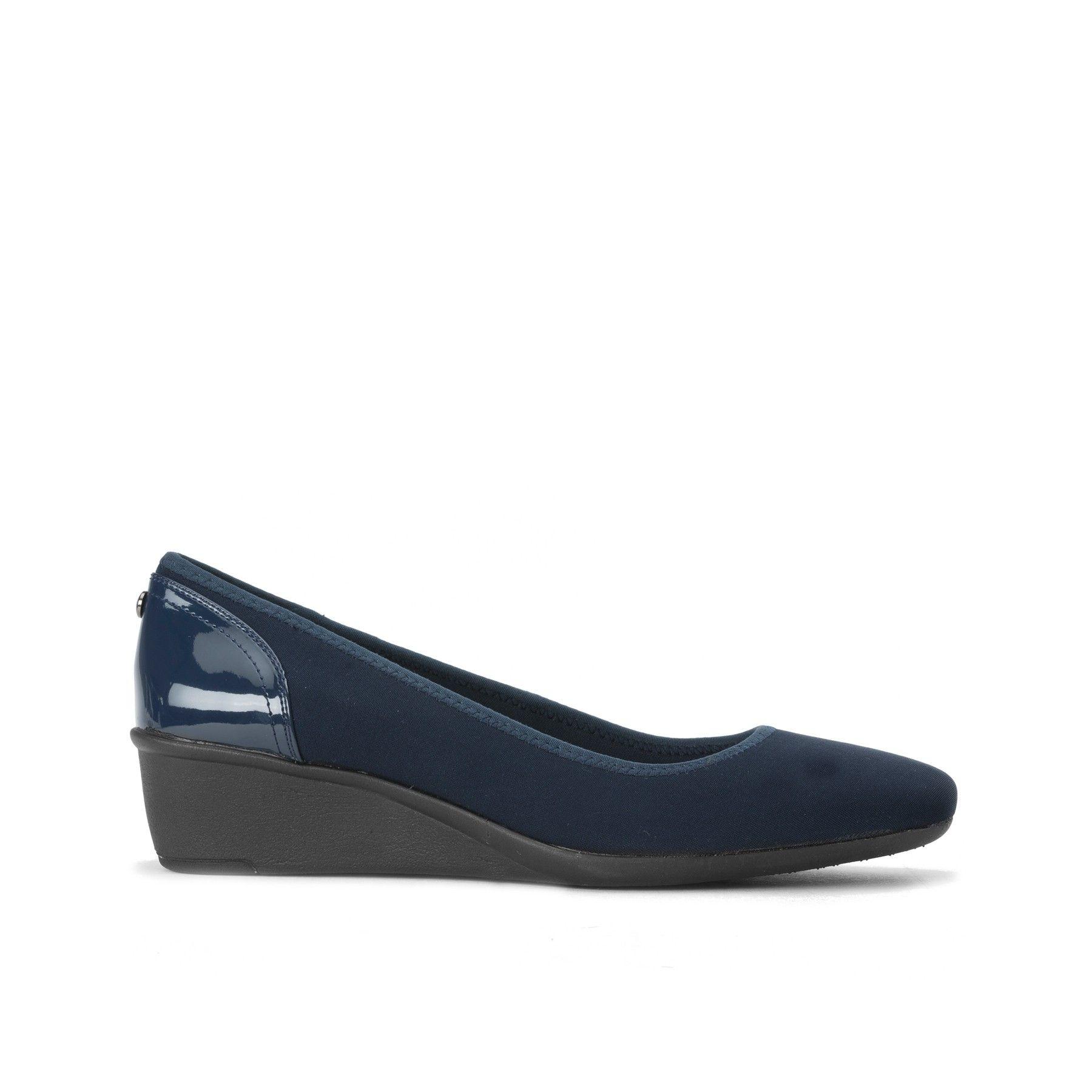 3a9bce0bf6676 Zapato Anne Klein elaborado en textil color azul marino con punta  redondeada tacón de cuña y