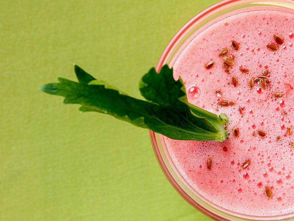 A melancia é um diurético natural. Já o salsão auxilia na circulação sanguínea. Juntos eles garantem a refrescância e a detoxificação que o verão pede.