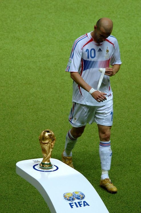 Zinedine Zidane Walks Past The World Cup Trophy In The 2006 Final An Event That Would Foreshadow The Eventual Defeat Of The F Zinedine Zidane Football Soccer