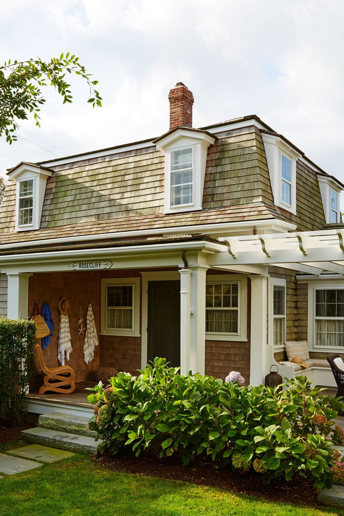 Step Inside This Nantucket Cottage For Loads Of Colorful Inspiration Nantucket Cottage Beach House Exterior Beach House Design
