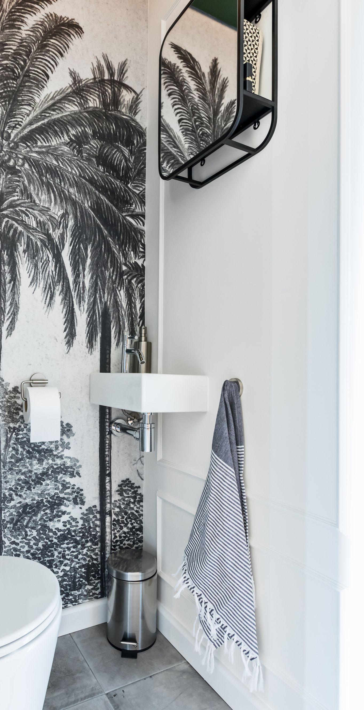 Foto Op Wand.Een Wand In Het Tropische Toilet Heeft Een Heel Bijzondere Sierlijst