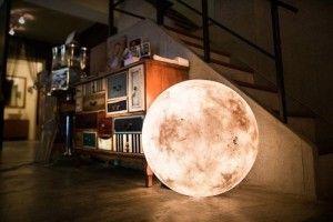 Gracias al diseño industrial, una linterna de mesa semeja la forma y la luz de la Luna llena para decorar y crear atmósferas únicas.