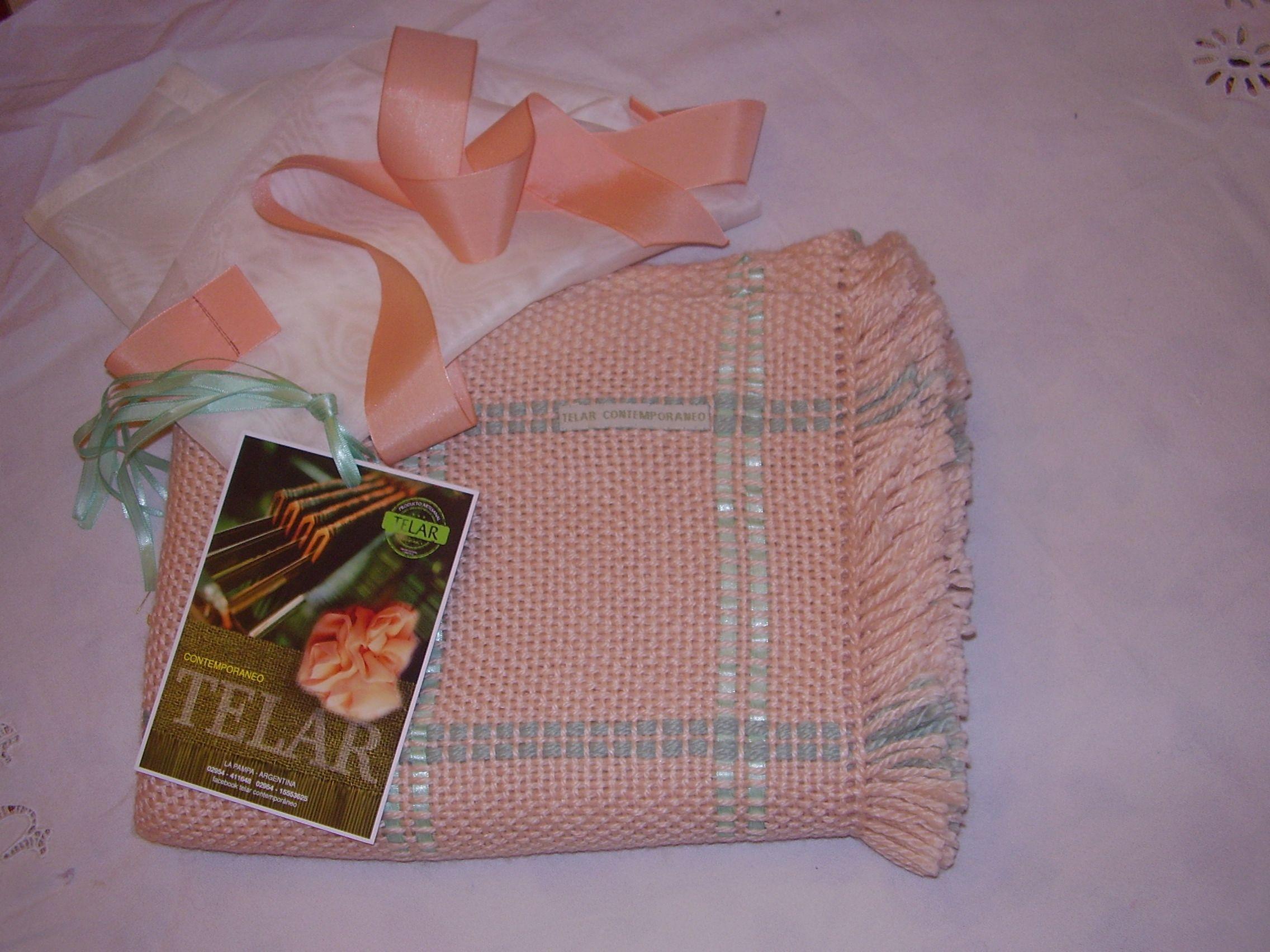 Mantita de lana tejida en telar.