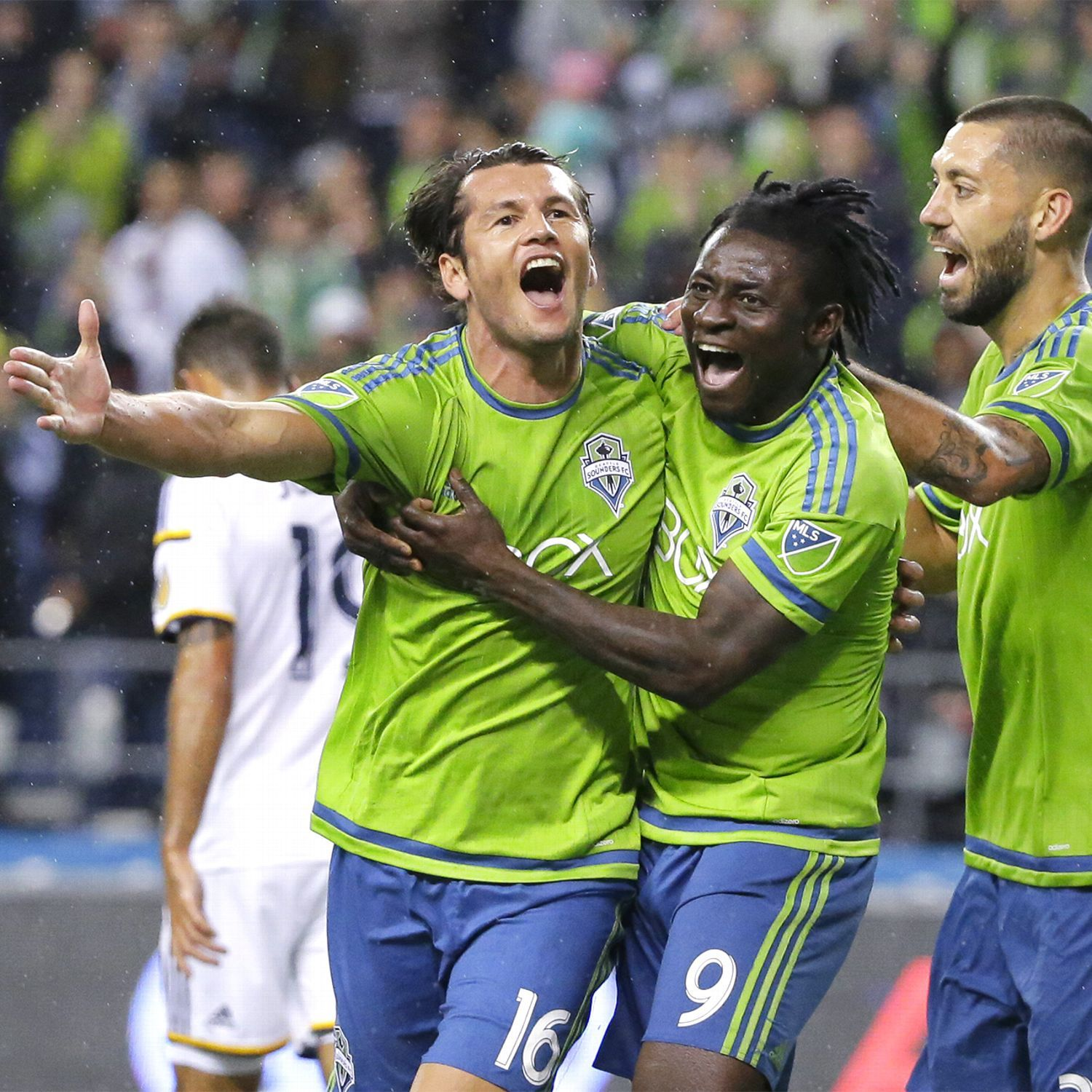 Sounders capitalize on Galaxy defensive miscues in MLS