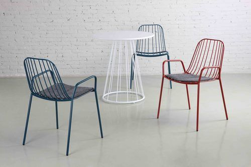 Resonate outdoor chair with arms and seat pad - Mad Furniture Design