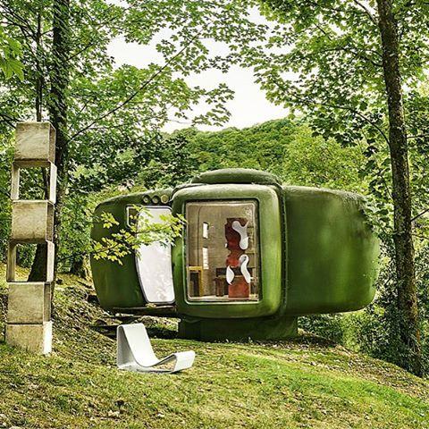 En los años 60 el visionario arquitecto francés #JeanManeval diseñó unos módulos futuristas y utópicos como cabaña de verano. Medio siglo después, uno de ellos reposa intacto en el jardín de la casa de un coleccionista en #Besançon. Descubre más en revistaad.es #muyAD Texto @patricia_ketelsen | Foto #AlbertoHeras