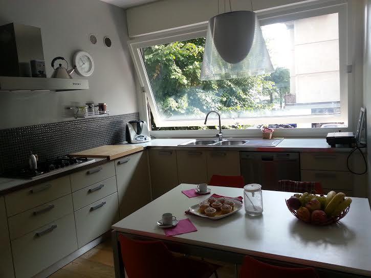 Cucina ad angolo con lavello sotto la grande finestra a bilico ...