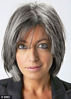 Coiffure cheveux gris femme