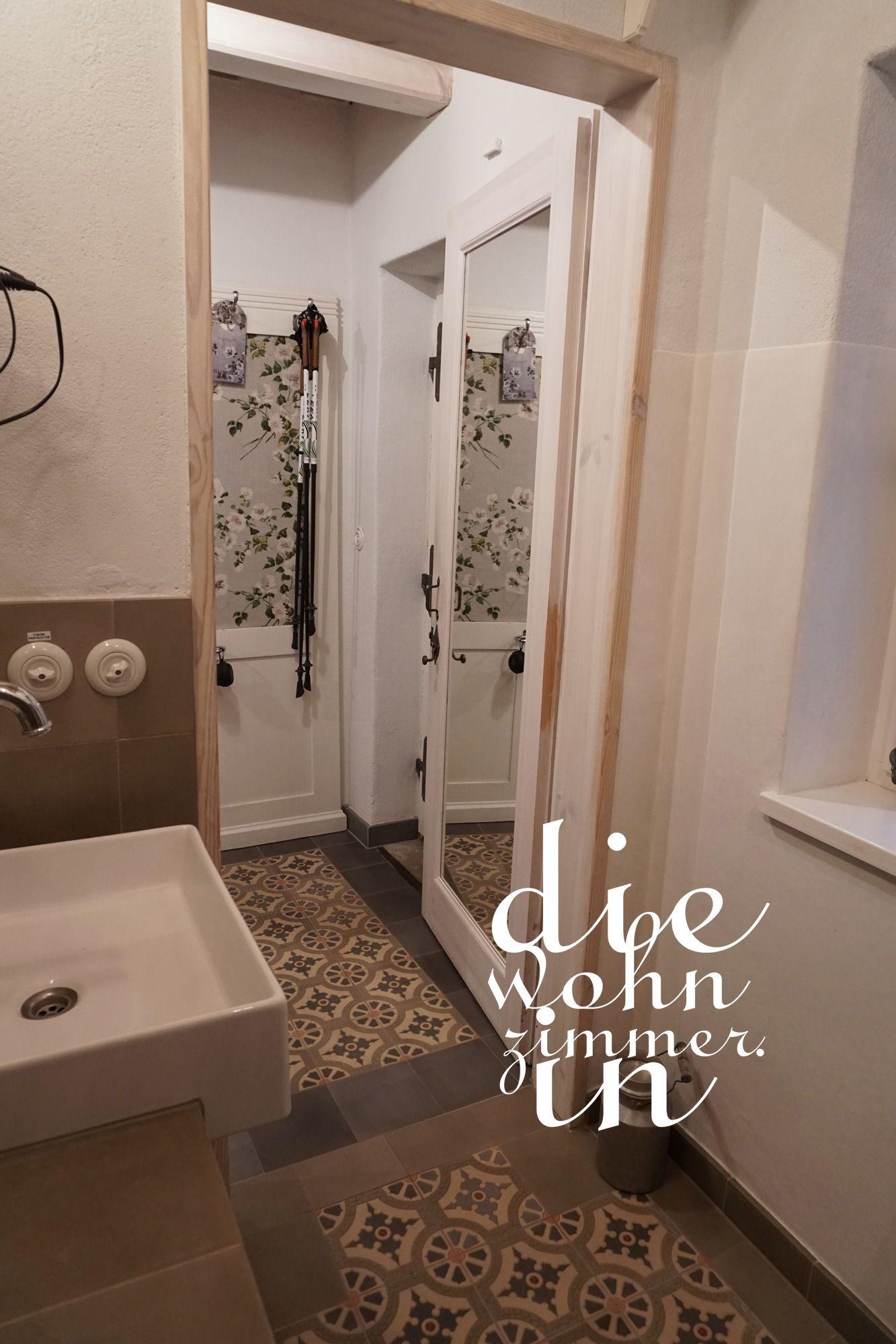 Badezimmer mit #zementfliesen von #via #lichtschalter aus Porzellan ...