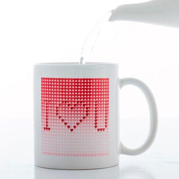 Medzi srdiečkami sa na tomto bielom čarovnom hrnčeku I Love You skrýva zamilovaný odkaz. Nalejte horúci nápoj a prekvapte svojho miláčika zamilovaným odkazom.