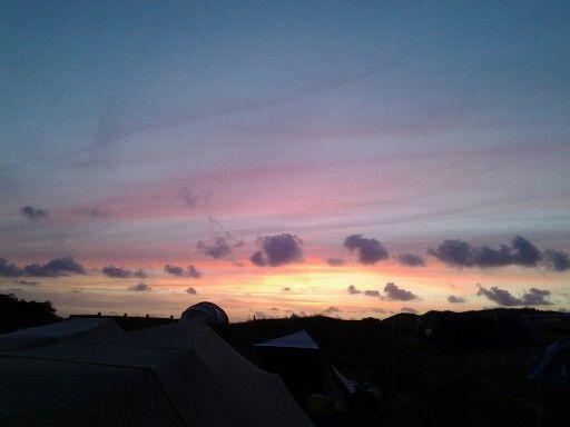 Achter je de maan en aan de andere kant de zonsondergang..... mooi,