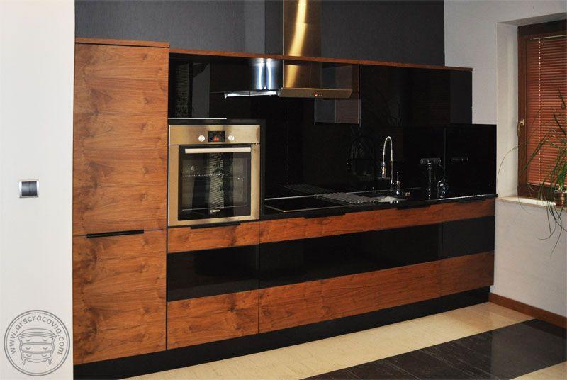 Kuchnia Z Frontami Z Orzecha Amerykanskiego I Czarnego Szkla Blaty Czarny Granit Home Decor Furniture Kitchen Appliances
