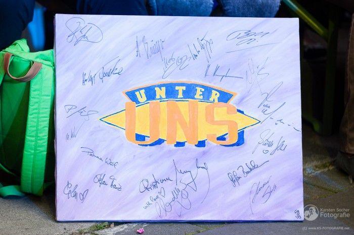 """RTL """"Unter Uns"""" Fanclubtreffen 2014 - Bild mit Unter Uns -Schriftzug und Autogramm der Darsteller http://blog.ks-fotografie.net/pressefotografie/rtl-unter-uns/"""