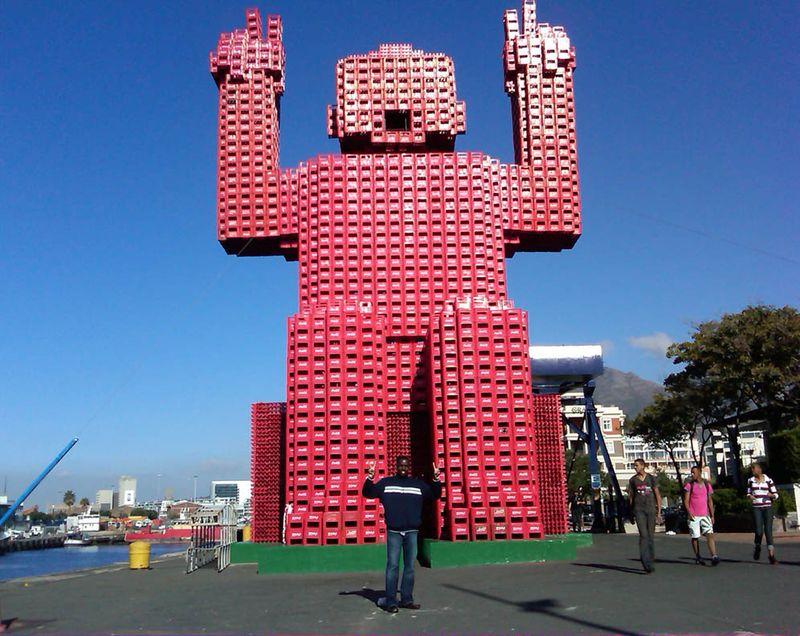 (Coke code 141) 남아프리카 공화국에 있는 엄청난 크기의 코카-콜라 조형물입니다! 코-크 박스를 하나씩 쌓아올려 제작된 건물 크기만한 거대한 로보트같네요:) WOW!!!