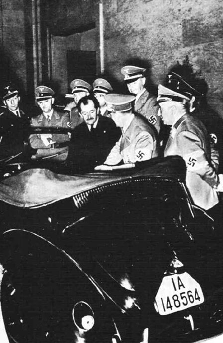 Na foto, Adolf Hitler e o engenheiro austríaco Ferdinand Porsche. Em 1934, o ditador encomendou o desenvolvimento do carro do povo (Volkswagen), e deu começo à longa história do Fusca.