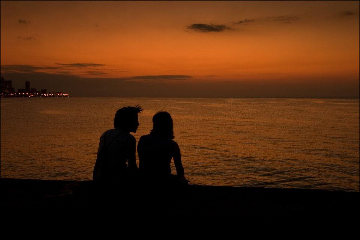 En la adolescencia y juventud resulta común observar ciertos comportamientos cariñositos de los novios en Cuba, aunque hasta los titimaníacos pueden caer.