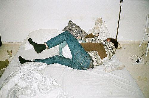 Мальчик лежит на кровати фото фото 170-225