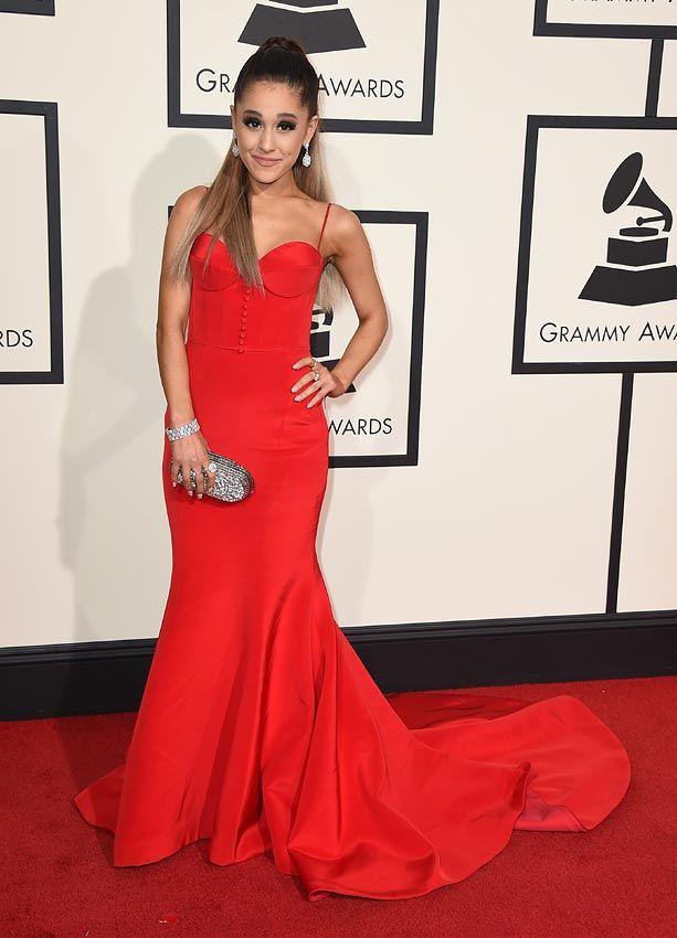 Premios Grammy 2016: Ariana Grande, con 'clutch' modelo 'Kase' de Jimmy Choo
