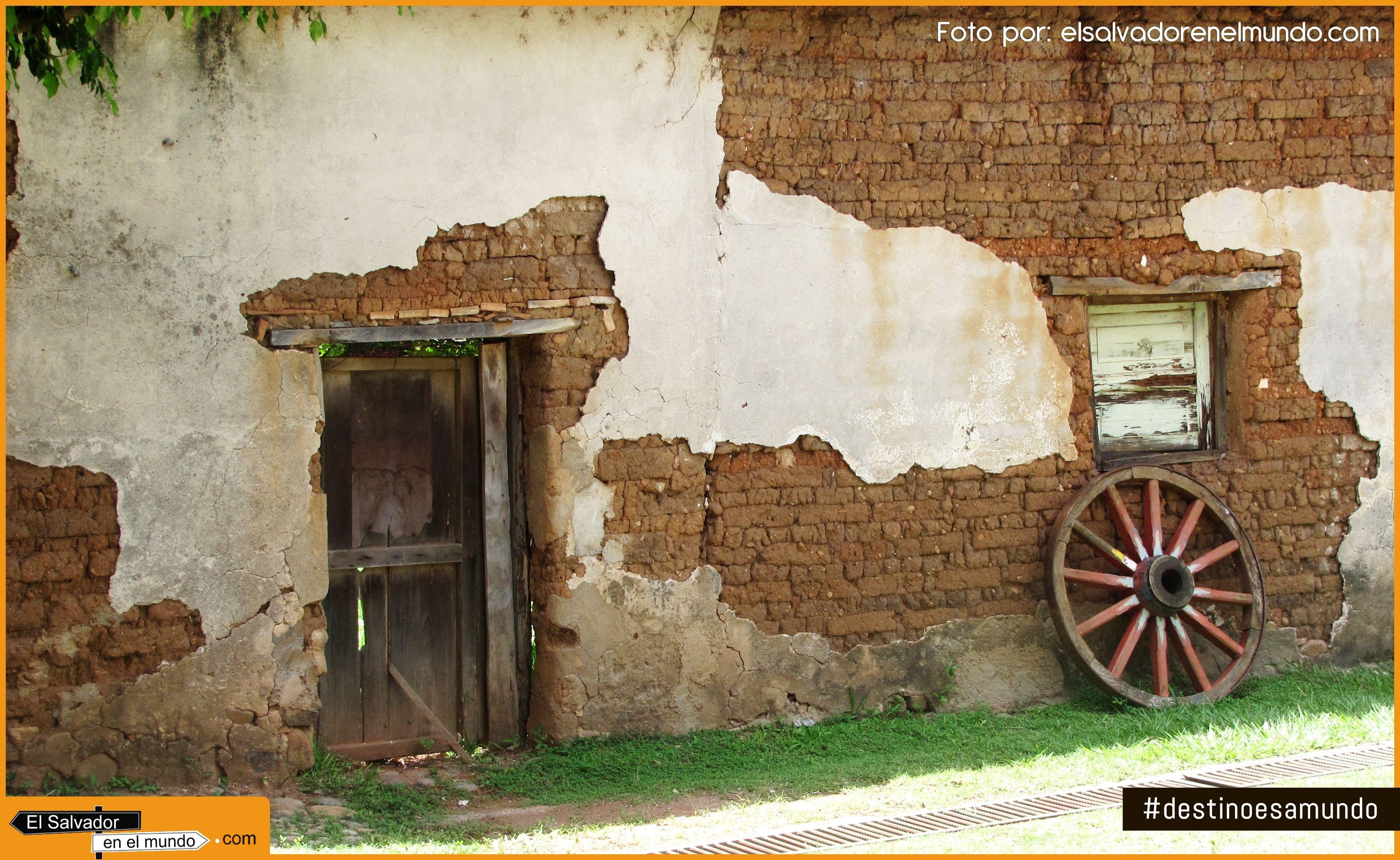 Antigua fachada de las casas en suchitoto con paredes de for Imagenes de puertas de madera antiguas