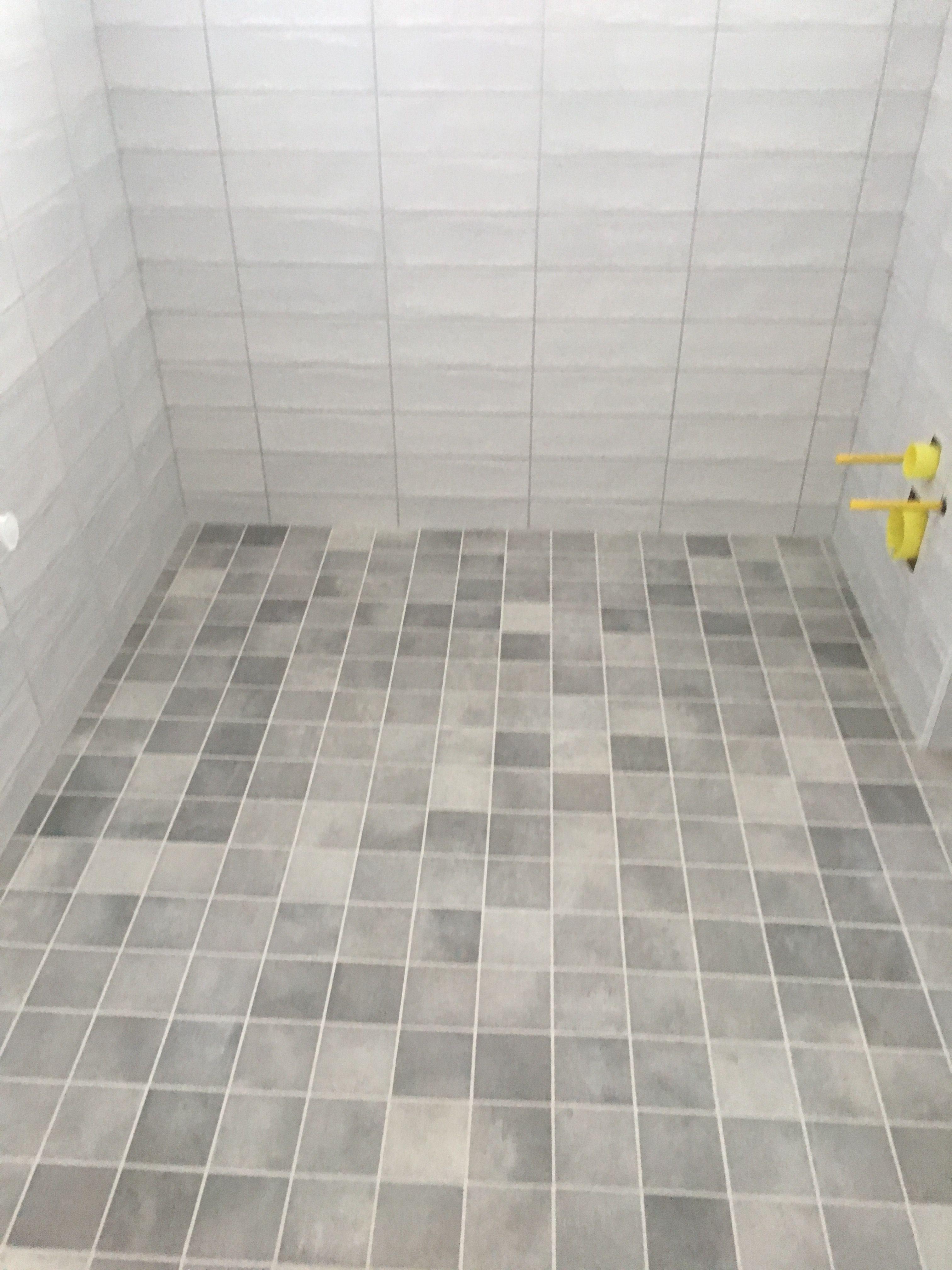 Udestående Prosjekt baderom. Fliser vegg 10x30 gulv 10x10 #norfloor Beton KW73
