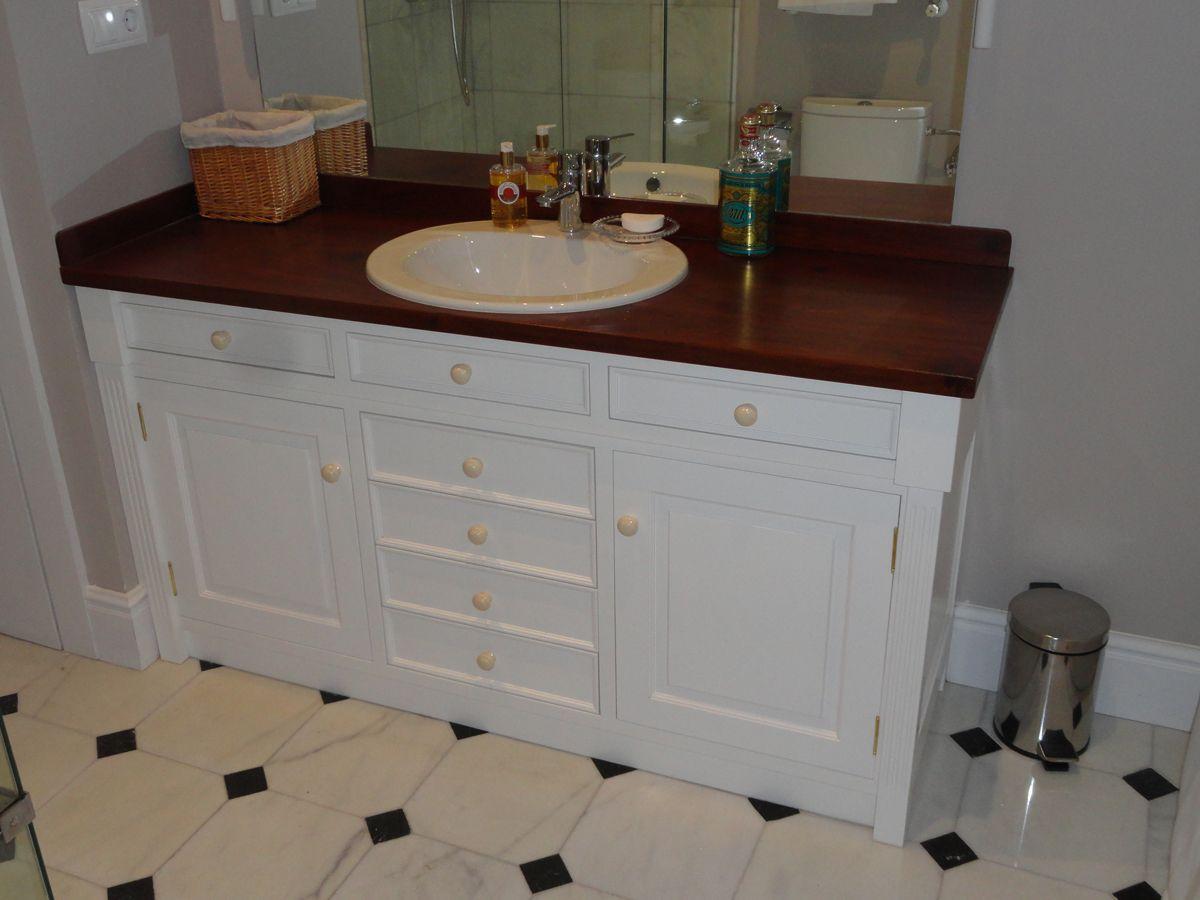 Este es un mueble para el baño, hecho a medida. Los materiales son ...