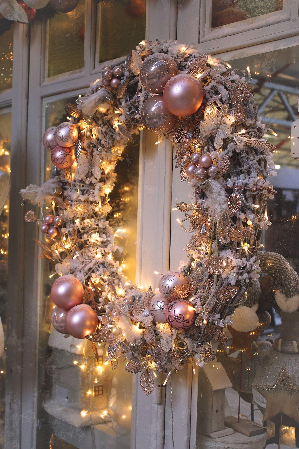 Kerstkrans Met Kerstballen En Decoratie Eigen Creatie Floralux Www Floralux Be Kerst Deur Kransen Kerstkrans Kerstmis Knutselen Volwassenen