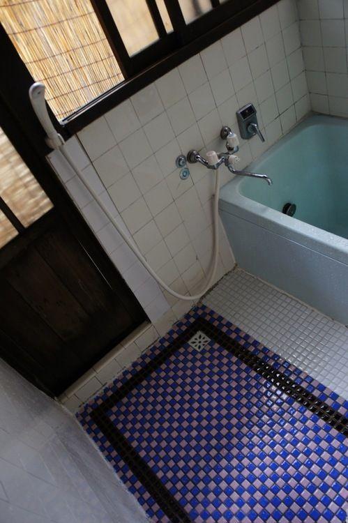 シャワールームにも 昔のタイルが丁寧に残されています レトロなバスルーム 古い お風呂 シャワールーム