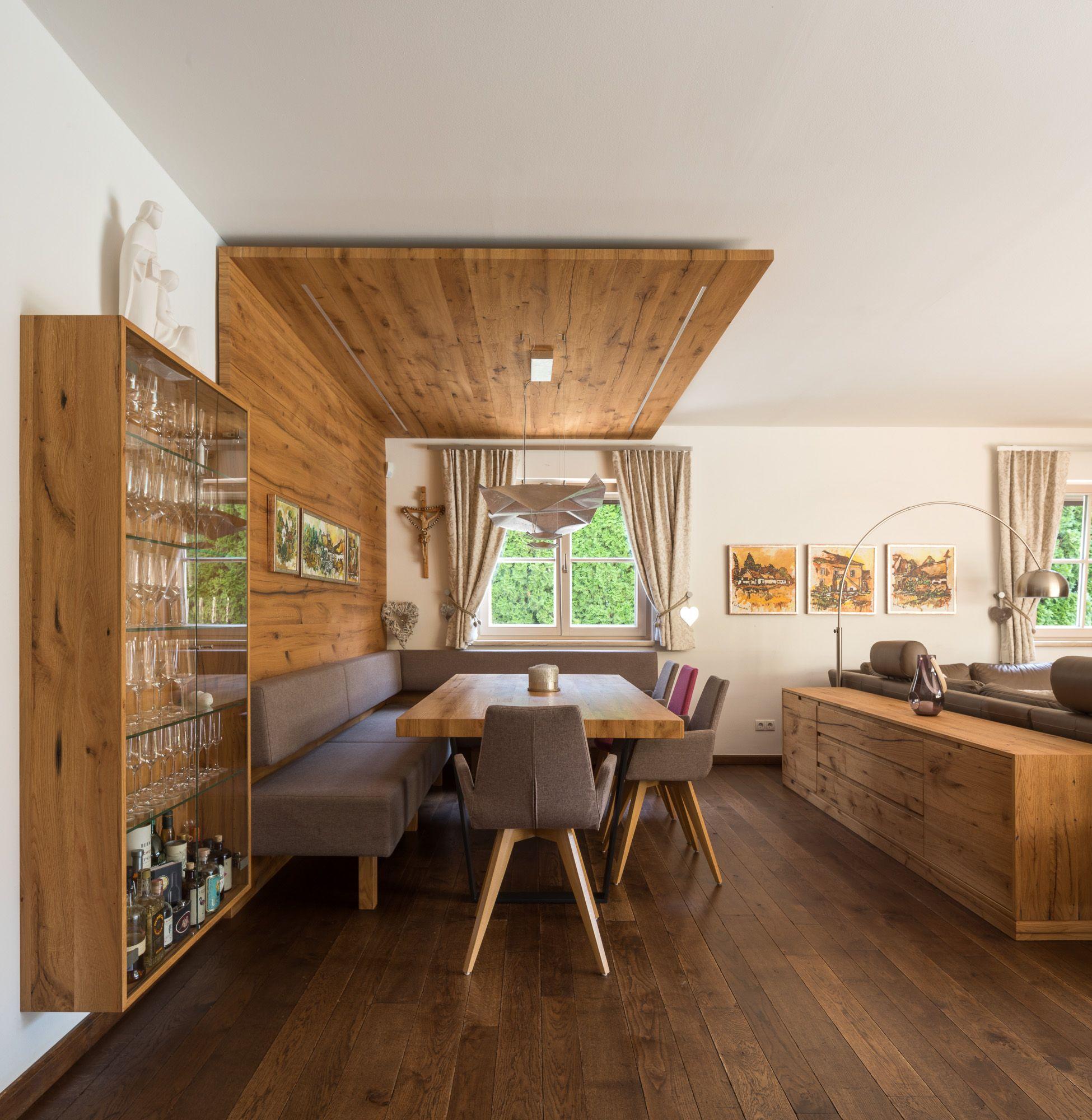 Ess Wohnzimmer In Altholz Eiche Geburstet Mit Wand Und Deckenverkleidung Offene Wohnraume Altholz Eiche Deckenverkleidung