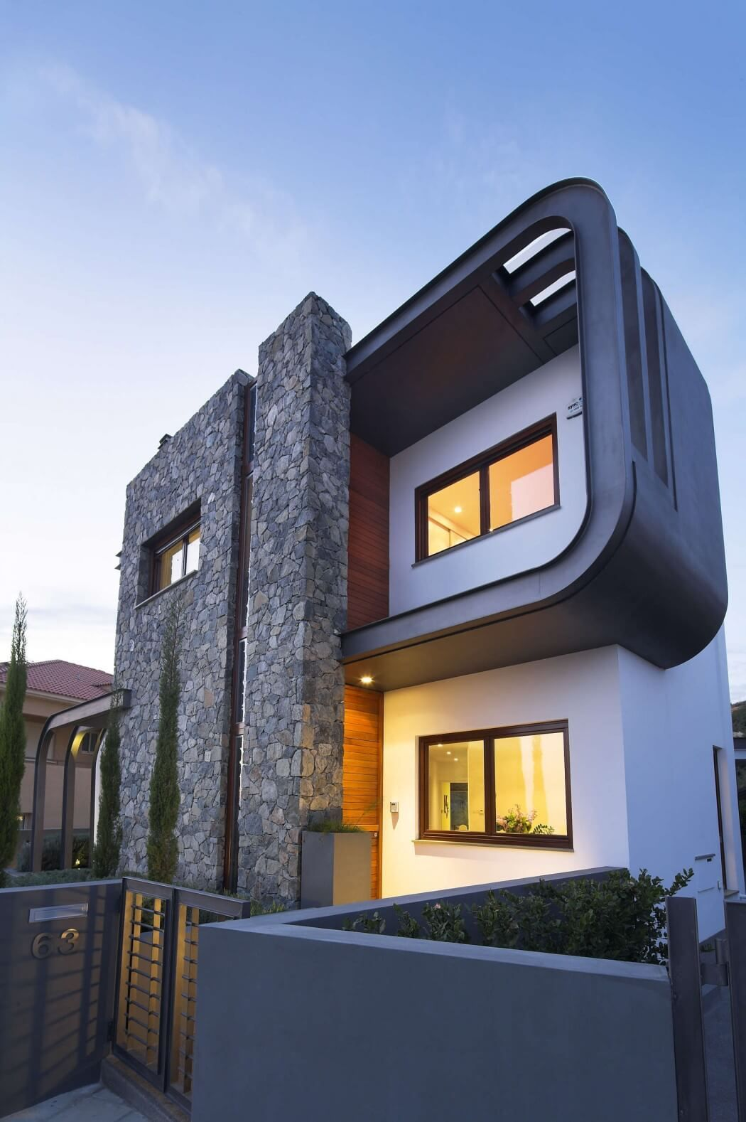Dise o de casa moderna de dos plantas estructura de acero for Casas modernas futuristas