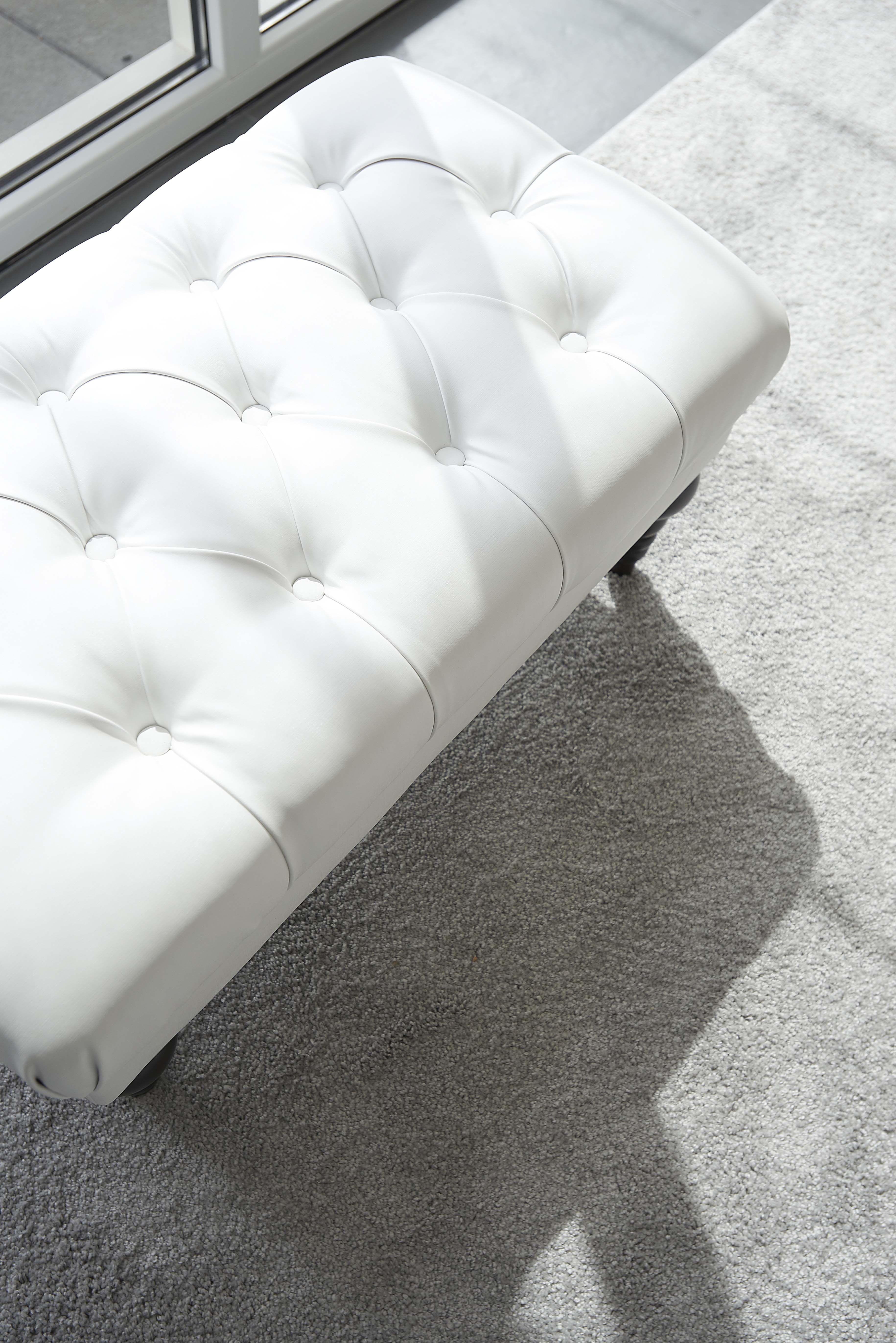 deze klassieke hocker met capiton geeft een romantische. Black Bedroom Furniture Sets. Home Design Ideas