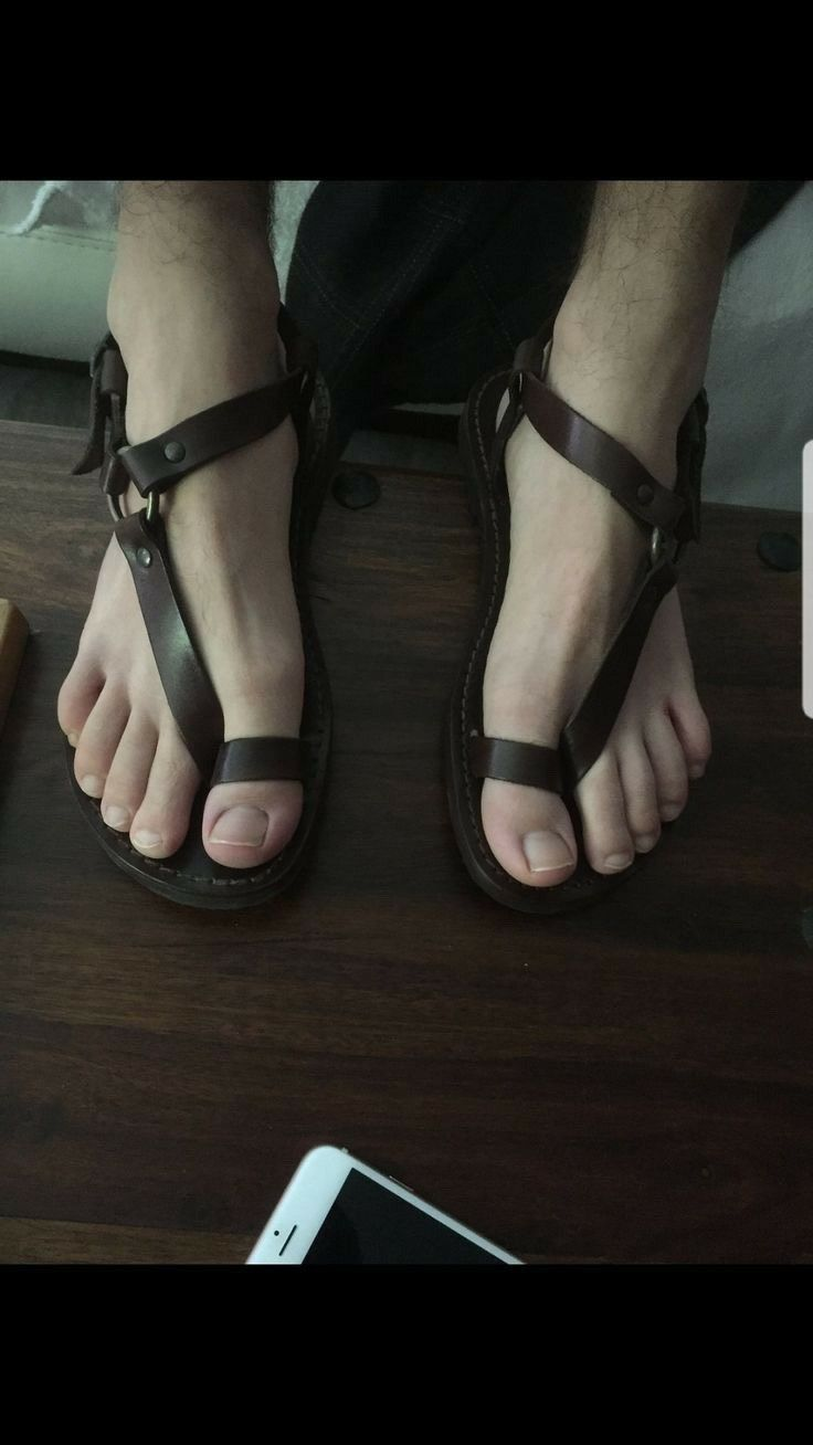 Pin de Liam Ayes en Men in Sandals en 2020 | Zapatos hombre