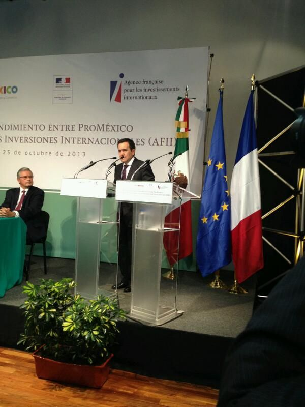 David Appia, President of the Invest in France Agency, signing a framework agreement with ProMéxico, in presence of Nicole Bricq, French Minister for Foreign Trade.