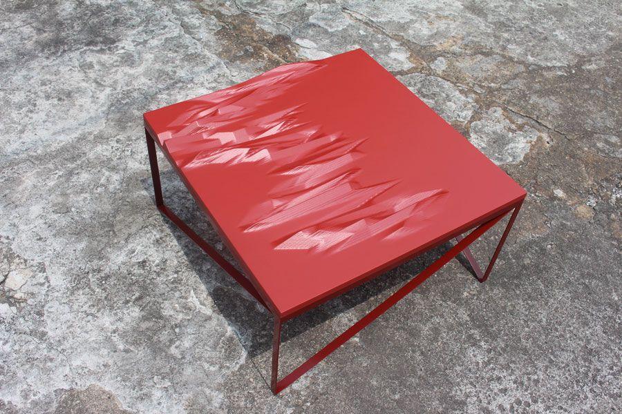 T.ri é uma mesa cujo tampo é feito por duas placas de mdf de 3cm coladas e esculpidas por uma cnc e seu o pé é feito em ferro. O tampo é pintado com uma tinta atóxica a base de água e os pés com uma tinta para metal.