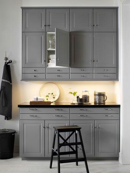 Graue Wand- und Unterschränke mit schwarzer Arbeitsplatte Küche
