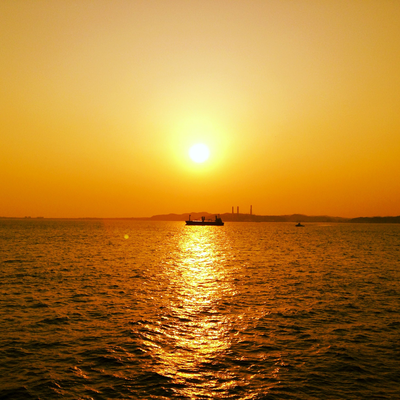 東京湾フェリーに乗って見えた、夕焼けと大型船です。  http://www.tokyowaterways.com/