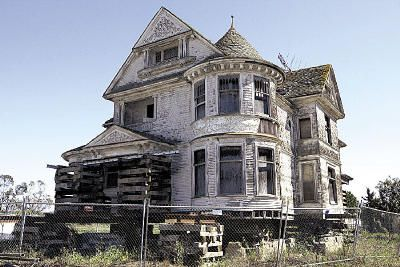 I Can T Help It I Love Things With A Little Bit Of Bedraggle Abandoned Houses Beautiful Buildings Abandoned Places