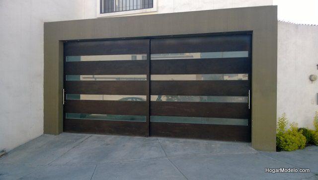 Puerta de cochera contempor nea de herrer a con barrotes horizontales y vidrio casa - Puertas de cochera ...