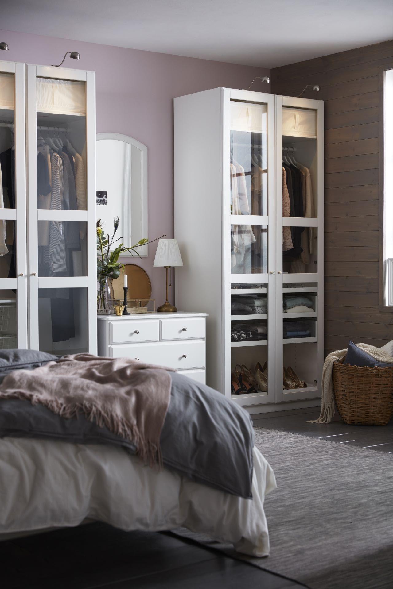 Traditionell eingerichtetes Schlafzimmer mit PAX Kleiderschränken in