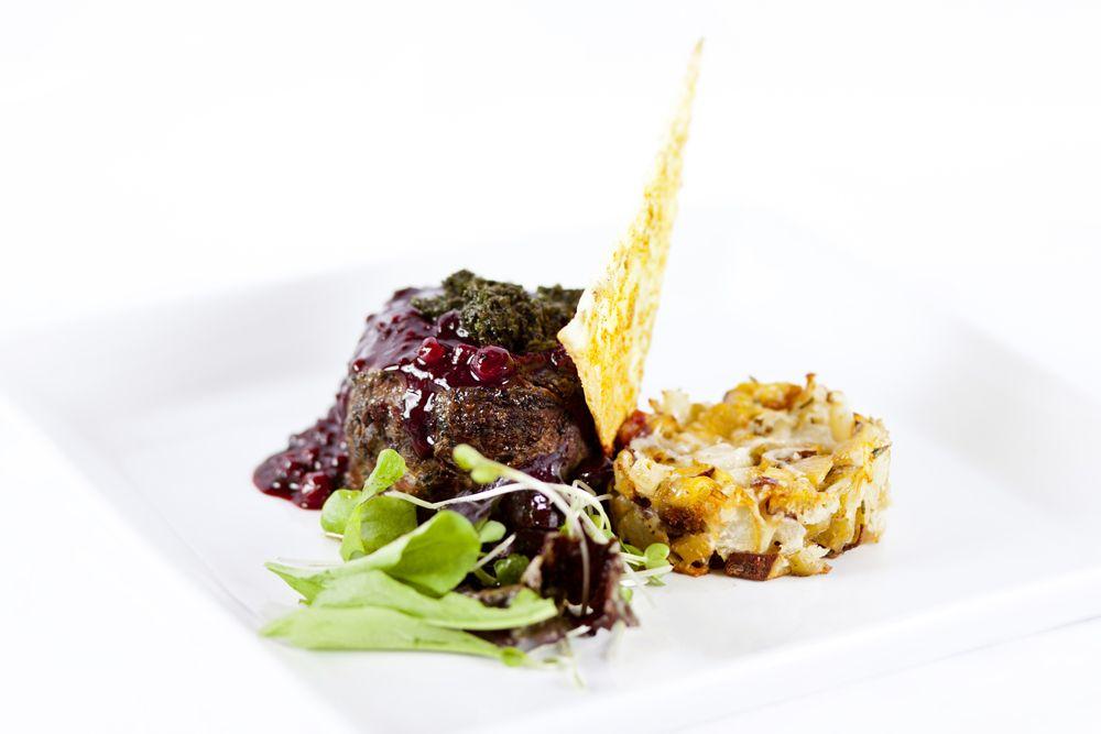 LOMO PATAGONICO. Tournedau de Lomo dorado + reducción de balsámico ahumado y mix de frutos rojos + gremolatta de hierbas + cake de batatitas y peras confit + touille