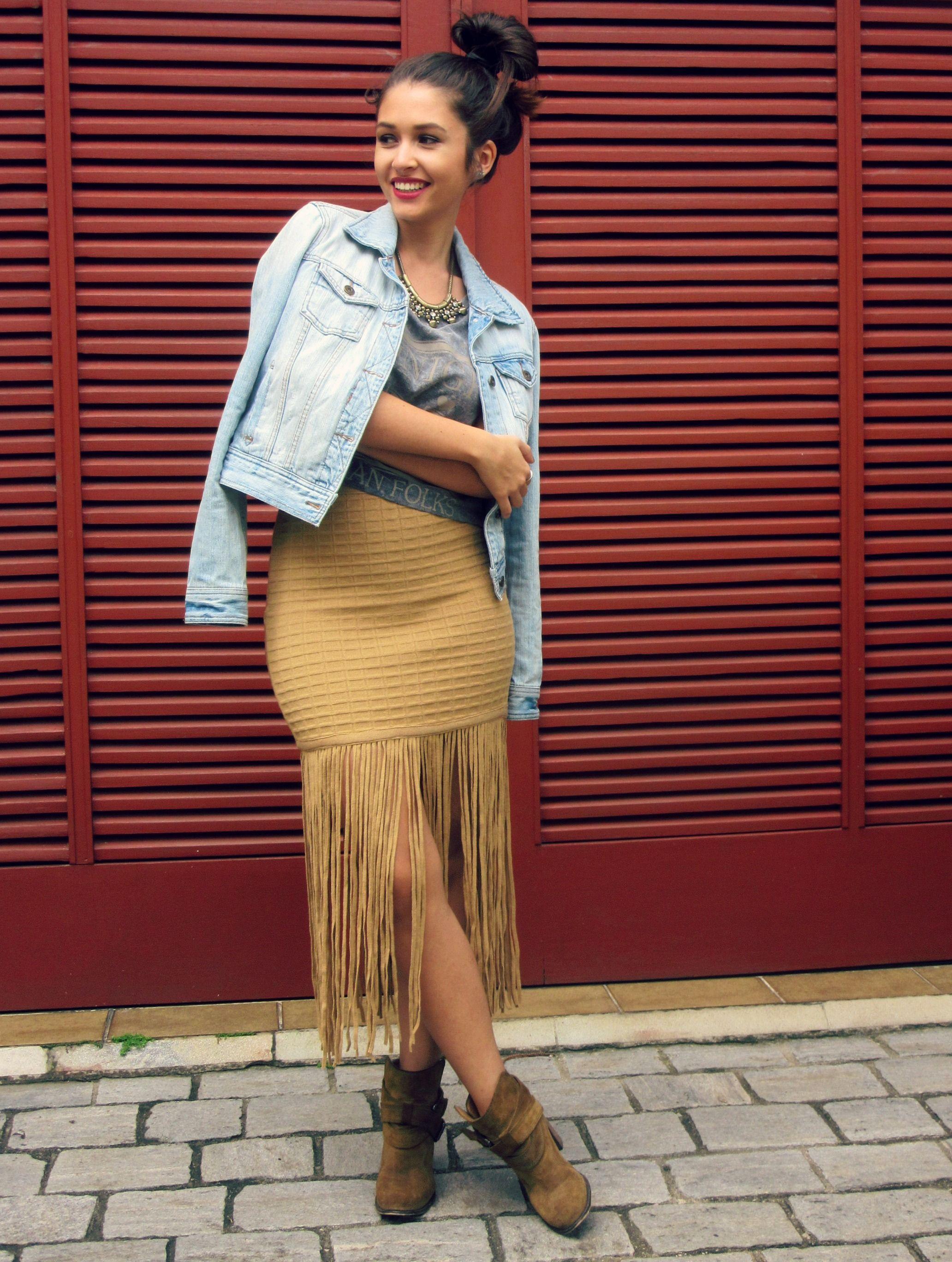 Fringe kint skirt, denim jacket and zara boots. #ootd Outifit - Look com saia de franjas, jaqueta jeans e ankle boots.
