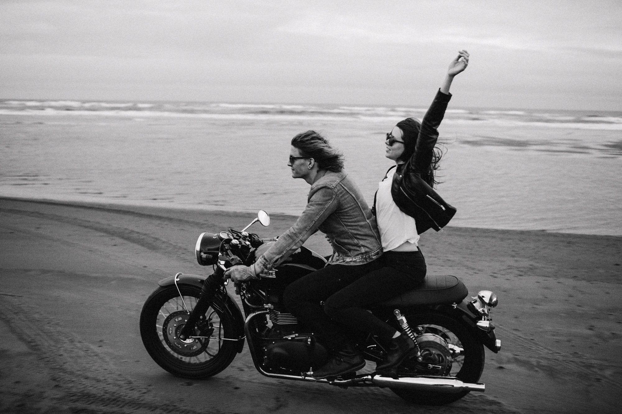 дает фото байкера на мотоцикле с любимым человеком для