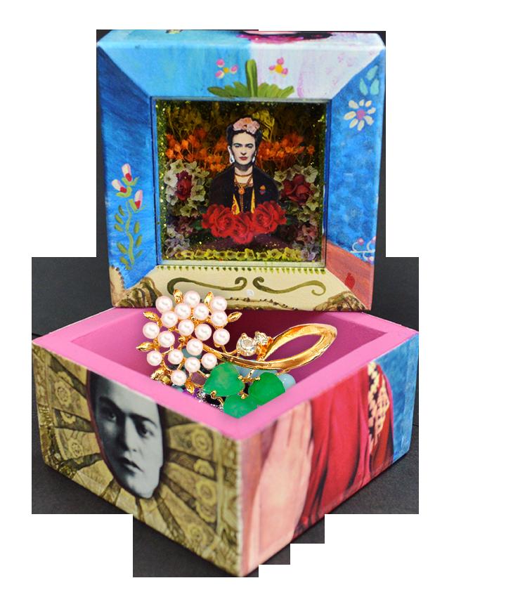 Frida Kahlo es un icono mexicano en cualquier parte del mundo donde se represente, si eres fan de ella no puedes dejar pasar estos hermosos diseños ya que los puedes usar como alhajeros o cualquier cosa que te guste para guardar en ellas, te encantaran!! visita www.cielitolindostore.com y adquiere la tuya ya!!