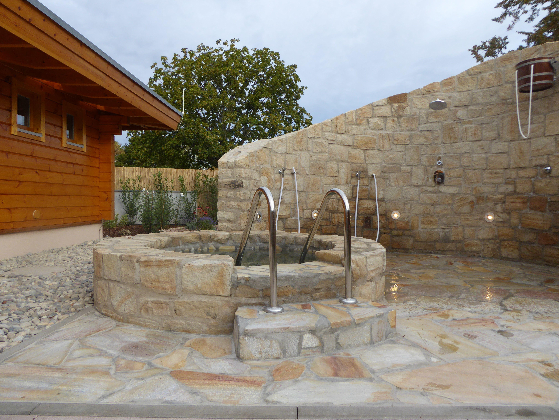 wundersch nes tauchbecken in saunalandschaft gebaut aus kalksandstein und polygonalplatten. Black Bedroom Furniture Sets. Home Design Ideas