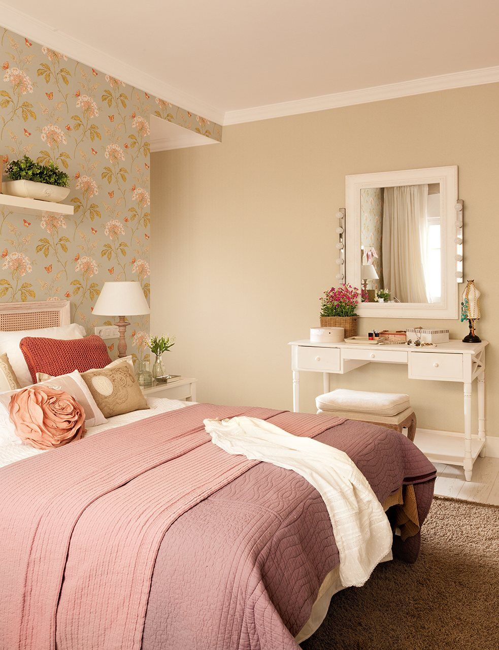 Dormitorio Principal Con Pared Frontal Empapelado Y Cabezal  ~ Cuanto Cuesta Pintar Una Habitacion