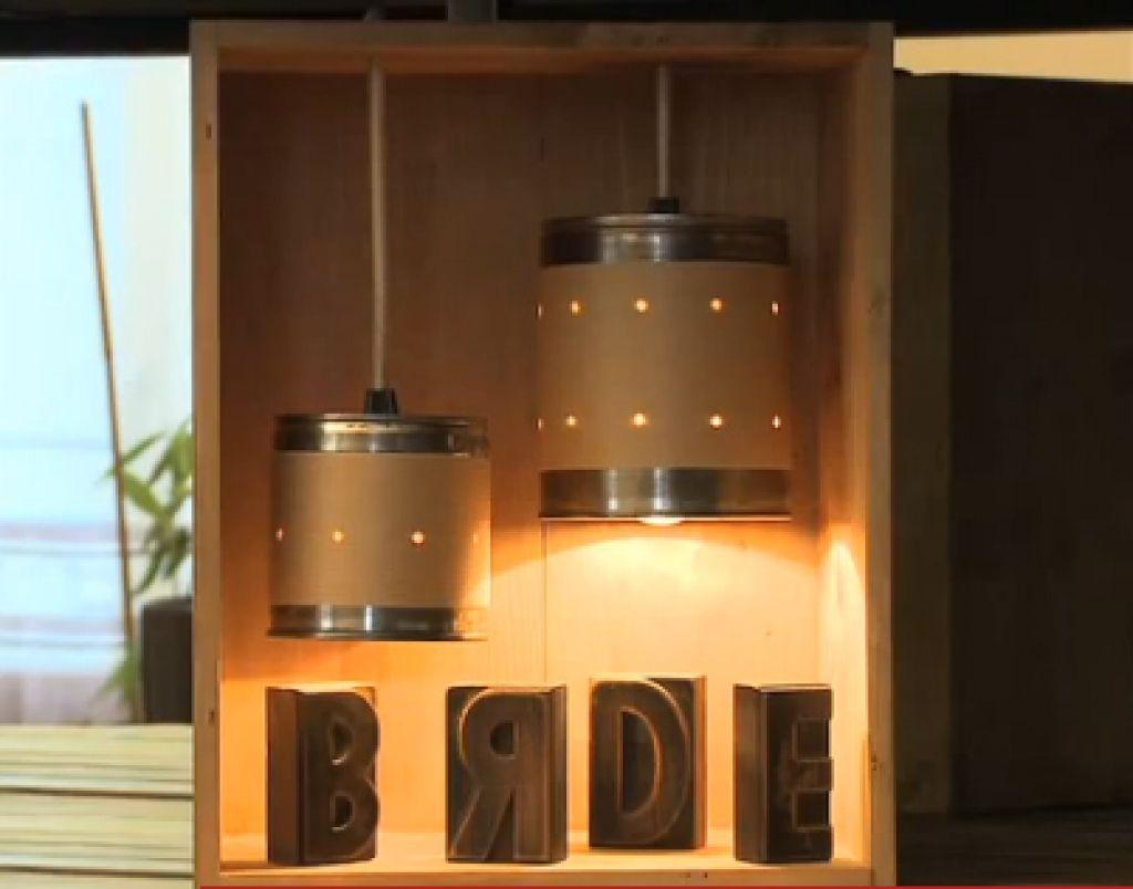 Fabriquer une lampe récup, avec des boites de conserve et une caisse à vin.    Tuto : http://youtu.be/qjwo2sqf2I8