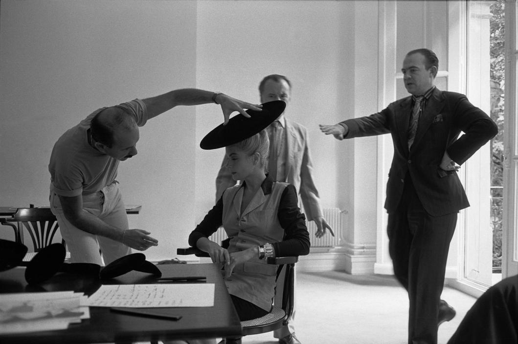 Abbas  FRANÇA. Paris. Estilista francês Christian Lacroix (direita) prepara a primeira colecção de alta costura em seu próprio nome. 1987.