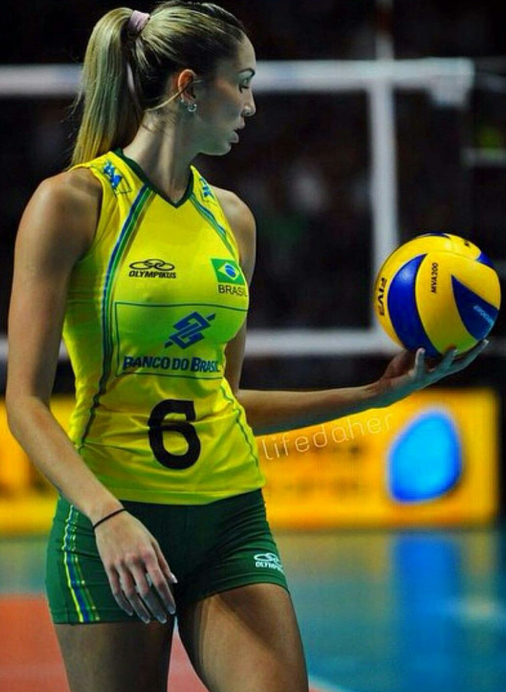 women's volleyball players - 640×962