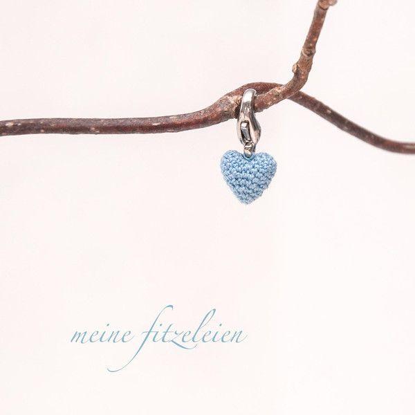 Herzanhänger - gehäkelter Mini-Herz-Anhänger - ein Designerstück von Fitzeleien bei DaWanda