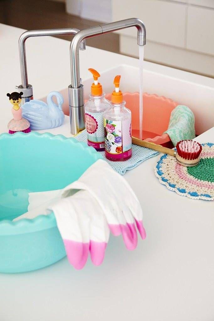 Superleuke afwasborstel in de vorm van een pop in mooie roze tinten. Afwassen wordt zo helemaal leuk!