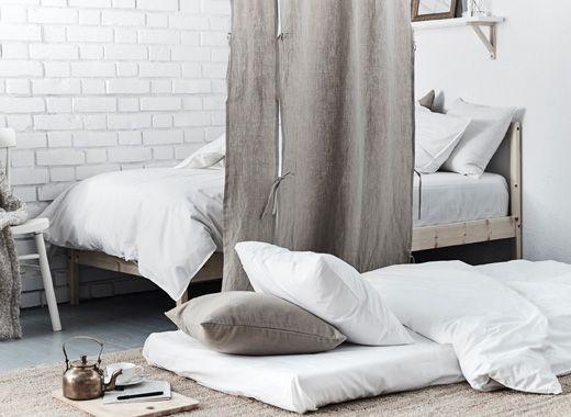 malfors schaummatratze in wei wurde auf den fu boden gelegt und so ein zus tzlicher schlafplatz. Black Bedroom Furniture Sets. Home Design Ideas